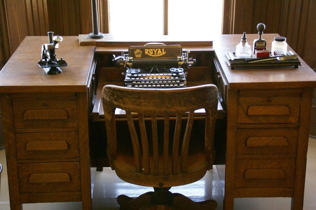 Schreibtisch und Schreibmaschine